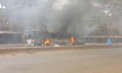 Un bus de transport en commun prend feu à Bambéto