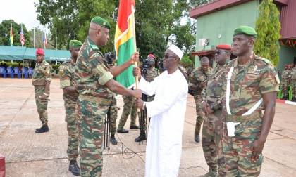 Le ministre de la Défense nationale, Dr. Mohamed Diané a procédé  à la remise officielle du Tricolore national au Bataillon Gangan5